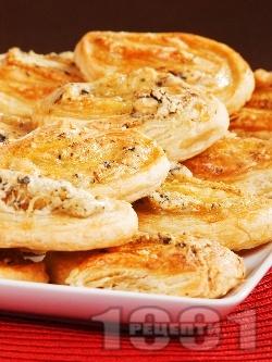 Парти хапки от бутер тесто със синьо сирене, ементал и босилек - снимка на рецептата